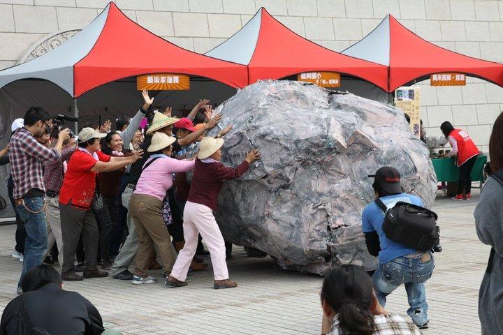 巨石恆久滾動──大我雲端市集開幕行動劇的幕前幕後