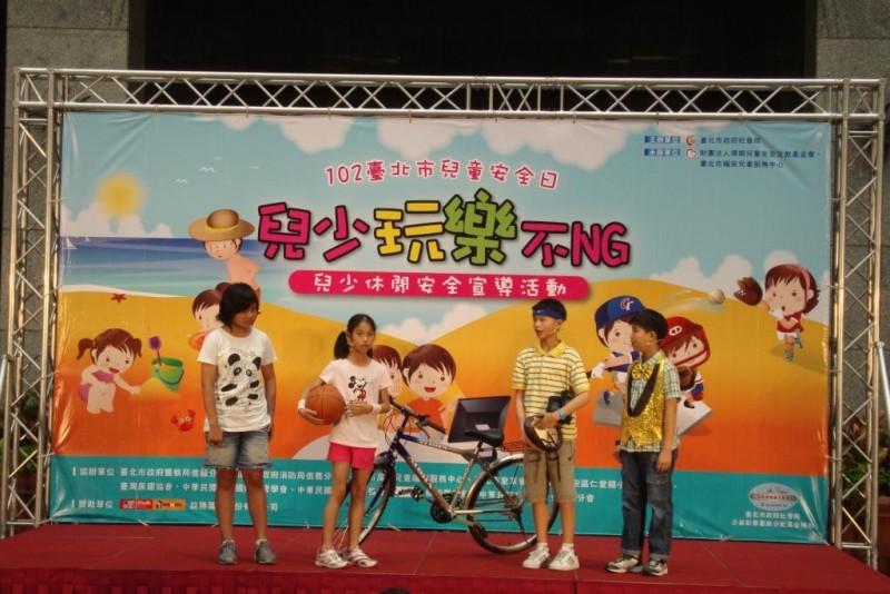 仁愛國小創意戲劇社的小朋友為我們演出安全小短劇,提醒大家玩樂時更要注意安全!