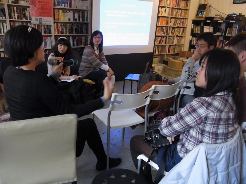 圖說:觀眾之一,張嬙女士參與討論對話。