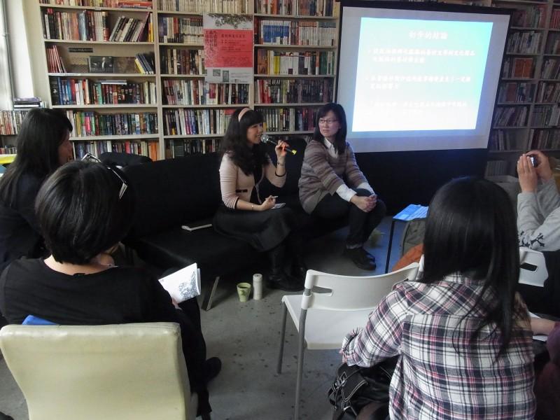 圖說:場次一「眷村與流行文化」對談人莊佳穎老師與吳忻怡老師進行對談。
