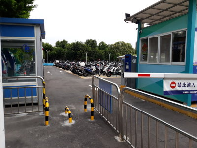 令人無法理解、驚恐的無障礙設施改善–松山機場機車停車場行人出入口