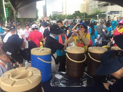 世大運花車踩街 慈濟提供茶水及醫療服務