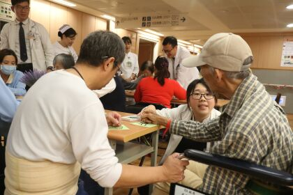 慈濟醫院耶誕節送暖打氣 卡片製作鼓勵勇敢說「愛」
