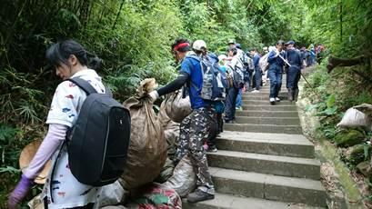 慈濟觀音山第三波淨山 1千3百人清出11噸2800包垃圾